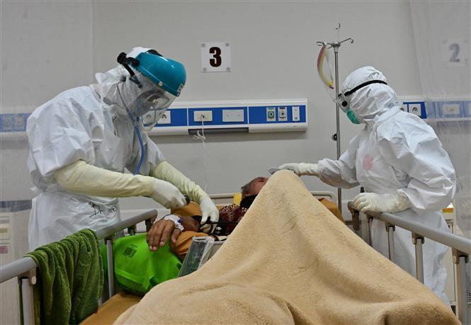 Nhân viên y tế điều trị cho bệnh nhân COVID-19 tại bệnh viện ở Bogor, Tây Java, Indonesia, ngày 3-9-2020. Ảnh: AFP/ TTXVN