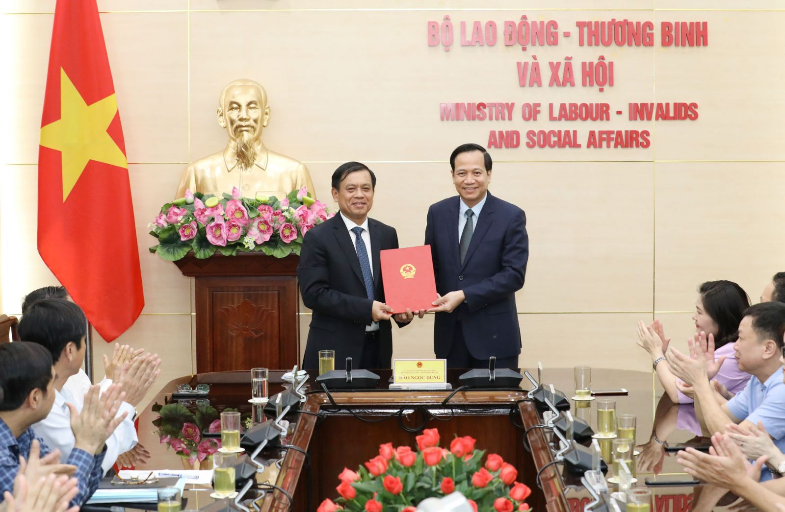 Bộ trưởng Đào Ngọc Dung trao quyết định cho tân Thứ trưởng Nguyễn Bá Hoan.
