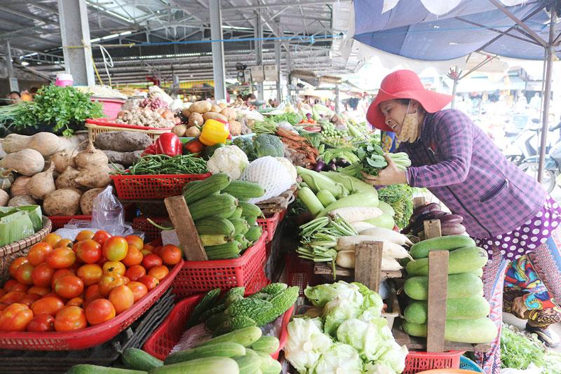 Chọn rau củ quả tươi để chế biến thức ăn, đảm bảo chất dinh dưỡng và an toàn cho sức khỏe. Ảnh: Phan Hân