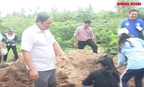 Phó chủ tịch UBND tỉnh Nguyễn Hữu Phước thăm sinh viên tình nguyện hè tại huyện Chợ Lách