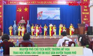 Nguyên Phó chủ tịch nước Trương Mỹ Hoa trao học bổng cho con em ngư dân huyện Thạnh Phú