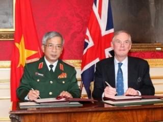 Việt Nam-Anh ký Bản ghi nhớ hợp tác quốc phòng