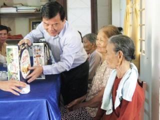 Ông Trần Dương Tuấn thăm gia đình chính sách ở Ba Tri
