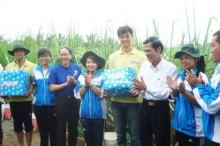 Đồng chí Trương Văn Nghĩa - Phó Chủ tịch UBND tỉnh thăm chiến sĩ tình nguyện tại xã Phú Khánh và Đại Điền