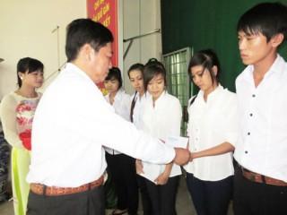Trên 500 suất học bổng cho học sinh nghèo hiếu học các huyện Thạnh Phú, Ba Tri, Giồng Trôm