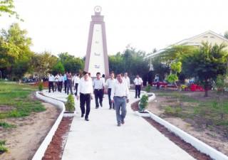 Khánh thành cổng Trường Tiểu học xã Tân Phú Tây và Tượng đài kỷ niệm anh hùng liệt sĩ