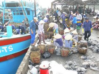 Bình Đại họp mặt bà con đánh bắt, chế biến thủy sản để kịp thời giải quyết những bức xúc của ngư dân