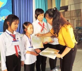 Hàng ngàn học sinh được tặng học bổng