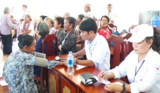 300 hộ dân được khám, cấp thuốc và tặng quà