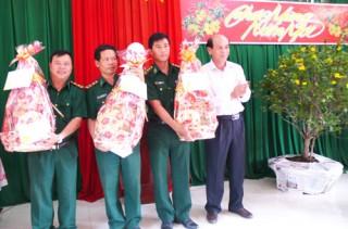 Đồng chí Nguyễn Quốc Bảo thăm, chúc Tết Đồn Biên phòng Hàm Luông