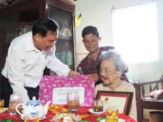 Thăm và chúc thọ 4 cụ tròn 100 tuổi ở huyện Bình Đại
