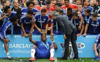 """Vừa đăng quang, Chelsea đã """"phá cúp"""" để tôn vinh Drogba"""