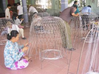 Chợ Lách phát triển nghề đan bội kẽm