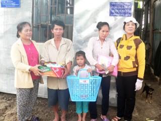 Trao 5 nhà tình thương cho hộ nghèo