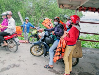 Xây dựng bến và phương tiện chở khách ngang sông văn hóa, an toàn