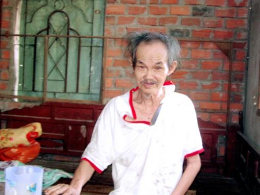 Một người già tàn tật đang cần sự giúp đỡ