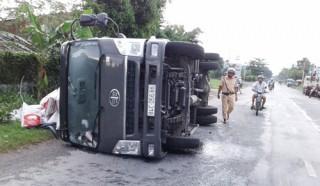 Xe tải chở thức ăn bị lật ngang tại xã Hòa Lộc