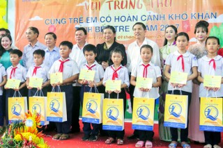 Trao học bổng cho trẻ em vượt khó