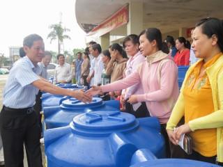 Trao tặng bồn chứa nước cho công nhân, viên chức, lao động