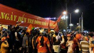 U23 Việt Nam vào chung kết: Nhiều người dân xuống đường ăn mừng chiến thắng