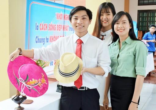 Sinh viên khởi nghiệp với nón chỉ xơ dừa