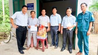 Phó chủ tịch UBND tỉnh thăm, tặng quà gia đình chính sách huyện Giồng Trôm
