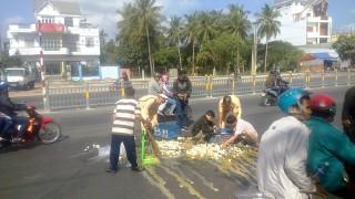 Cảnh sát giao thông nhặt trứng vịt cho người bị va chạm giao thông