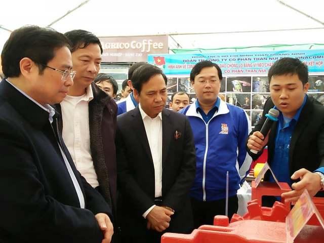 Đồng chí Phạm Minh Chính cùng lãnh đạo Trung ương Đoàn, tỉnh Quảng Ninh thăm triển lãm mô hình sản phẩm sáng tạo của tuổi trẻ tỉnh Quảng Ninh. Ảnh: Minh Châu