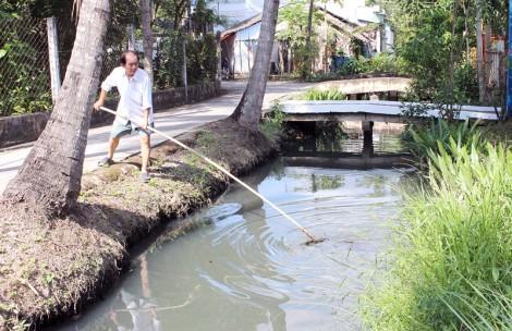 Những người vớt rác làm sạch lòng kênh xóm nhỏ
