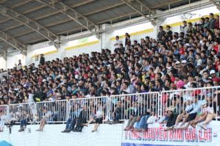 """Sân Pleiku suýt """"vỡ"""" trong ngày khai mạc V-League 2018"""