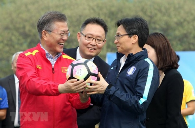 Tổng thống Hàn Quốc giao lưu với đội tuyển bóng đá U23 Việt Nam