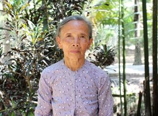Bà Phan Thị Phẩm nhiệt tình đóng góp xây dựng lộ nông thôn