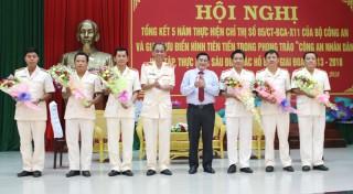 Giám đốc Công an tỉnh trao tặng giấy khen cho 3 tập thể, 17 cá nhân điển hình