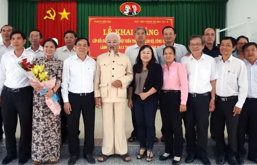 Nghệ sĩ ưu tú Văn Tân vào vai Bác Hồ biểu diễn tại Bến Tre