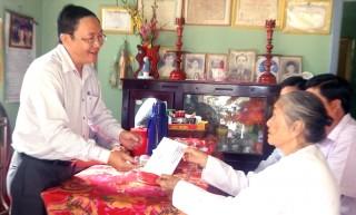 Hội Nông dân tỉnh thăm và tặng quà cho đối tượng chính sách ở Thạnh Phú