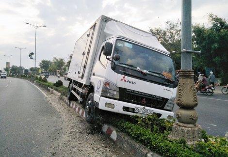 Nổ lốp, xe tải nằm gọn trên dải phân cách