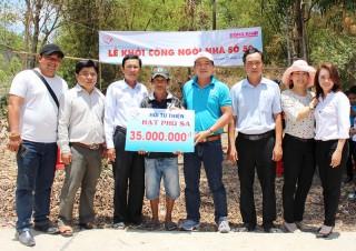 Trao tiền xây nhà tình thương tại huyện Bình Đại