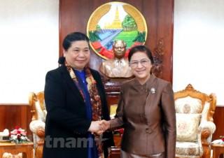 Phó chủ tịch Quốc hội Tòng Thị Phóng gặp Chủ tịch Quốc hội Lào