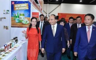 Thủ tướng thăm quan gian hàng Việt Nam tại Hội chợ FHA 2018