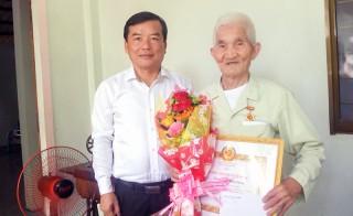 Thạnh Phú trao Huy hiệu Đảng cho 18 đảng viên