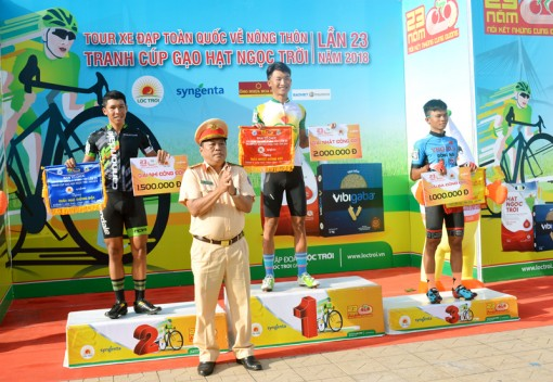 """Phát thưởng chặng 7 """"Tour xe đạp toàn quốc về nông thôn tranh cúp gạo Hạt ngọc trời lần thứ 23 năm 2018"""""""