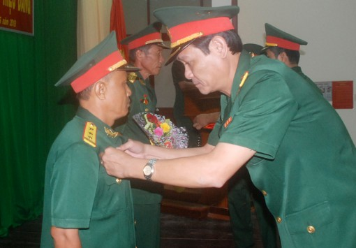 Bộ Chỉ huy Quân sự tỉnh trao Huy hiệu 30 năm tuổi Đảng cho 2 đảng viên