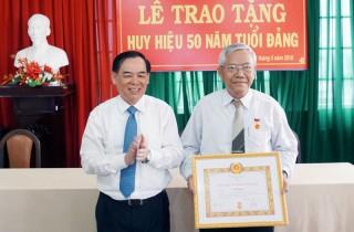 Trao Huy hiệu 50 năm tuổi Đảng cho đảng viên