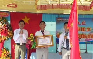 Trường THCS Huỳnh Tấn Phát nhận Huân chương Lao động hạng Nhì