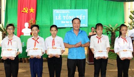Đại lý vé số Đặng Minh Sơn tặng 1.000 quyển tập cho học sinh