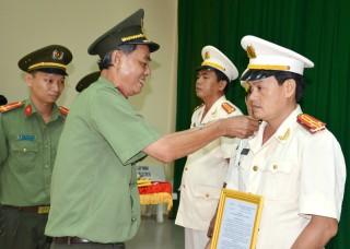 Công bố quyết định nâng lương, thăng cấp bậc hàm sĩ quan Công an nhân dân năm 2018