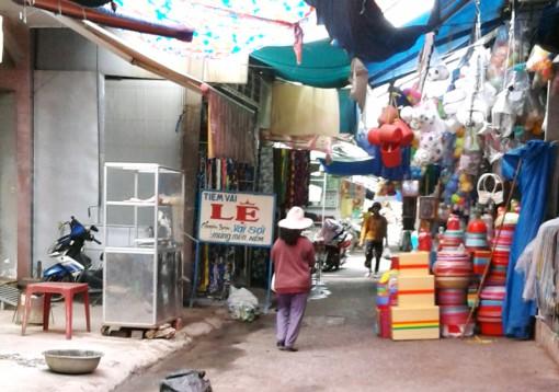 Buộc tháo dỡ hàng rào lấn chiếm hành lang chợ