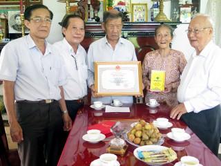 Thăm các cụ tròn 90 tuổi nhân kỷ niệm 77 năm Ngày truyền thống Người cao tuổi Việt Nam
