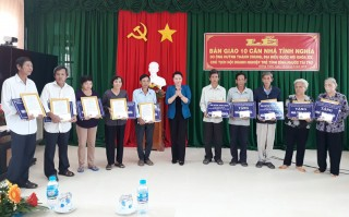 Bàn giao 10 căn nhà tình nghĩa cho các hộ dân ở huyện Giồng Trôm