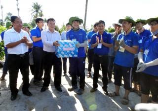 Bí thư Tỉnh ủy Võ Thành Hạo thăm chiến sĩ Mùa hè xanh